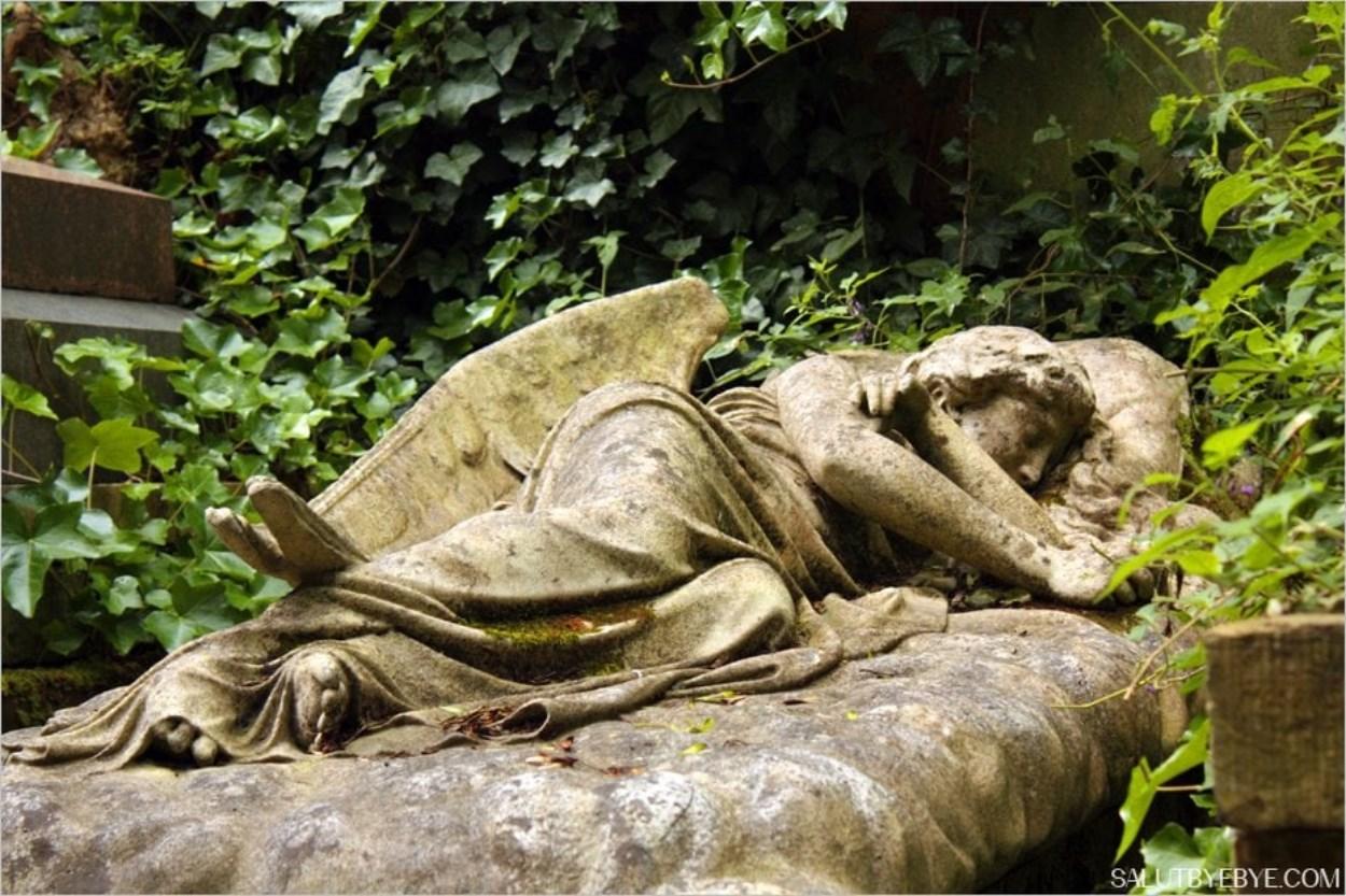 Statue d'ange endormi au cimetière de Highgate