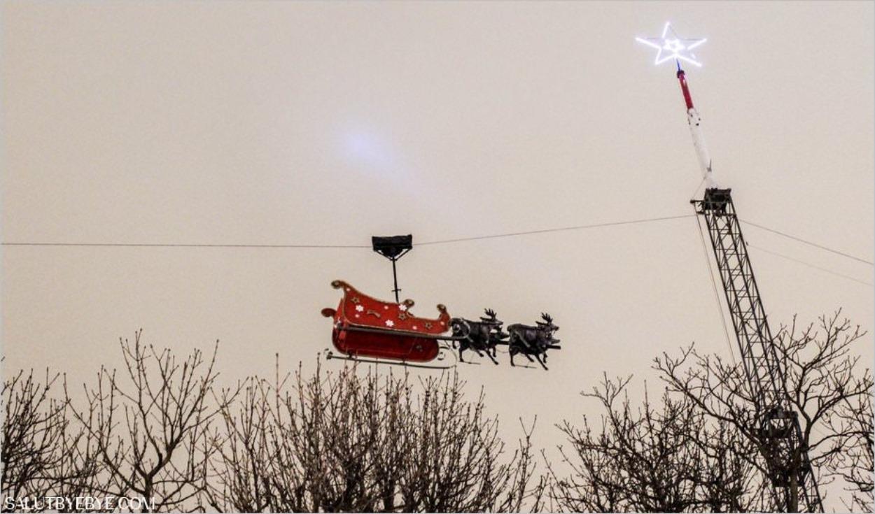 Traîneau du Père Noël sur les Champs-Elysées
