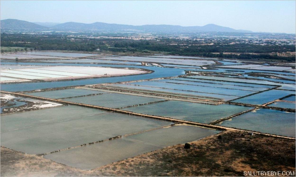 Marais salants près de Faro au Portugal
