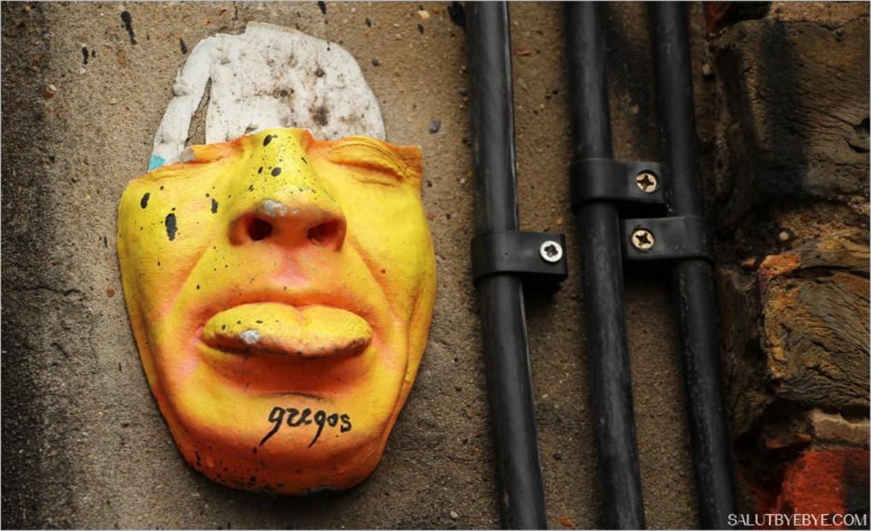 Shoreditch à Londres : un masque en relief sur un mur