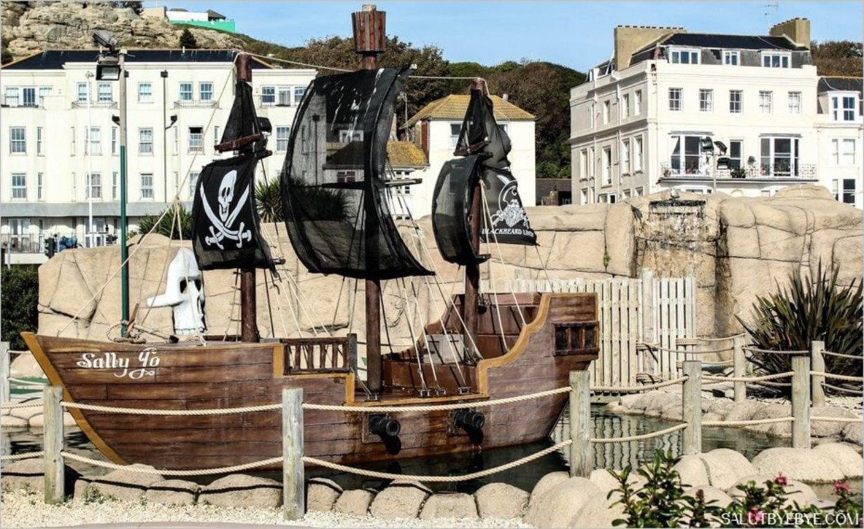 Hastings - Un bateau de pirates près de la plage