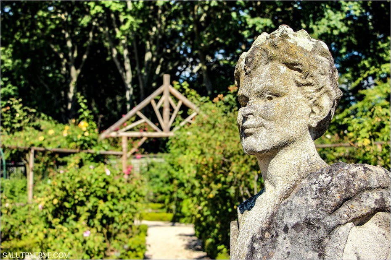 Une sculpture à la roseraie du Val de Marne