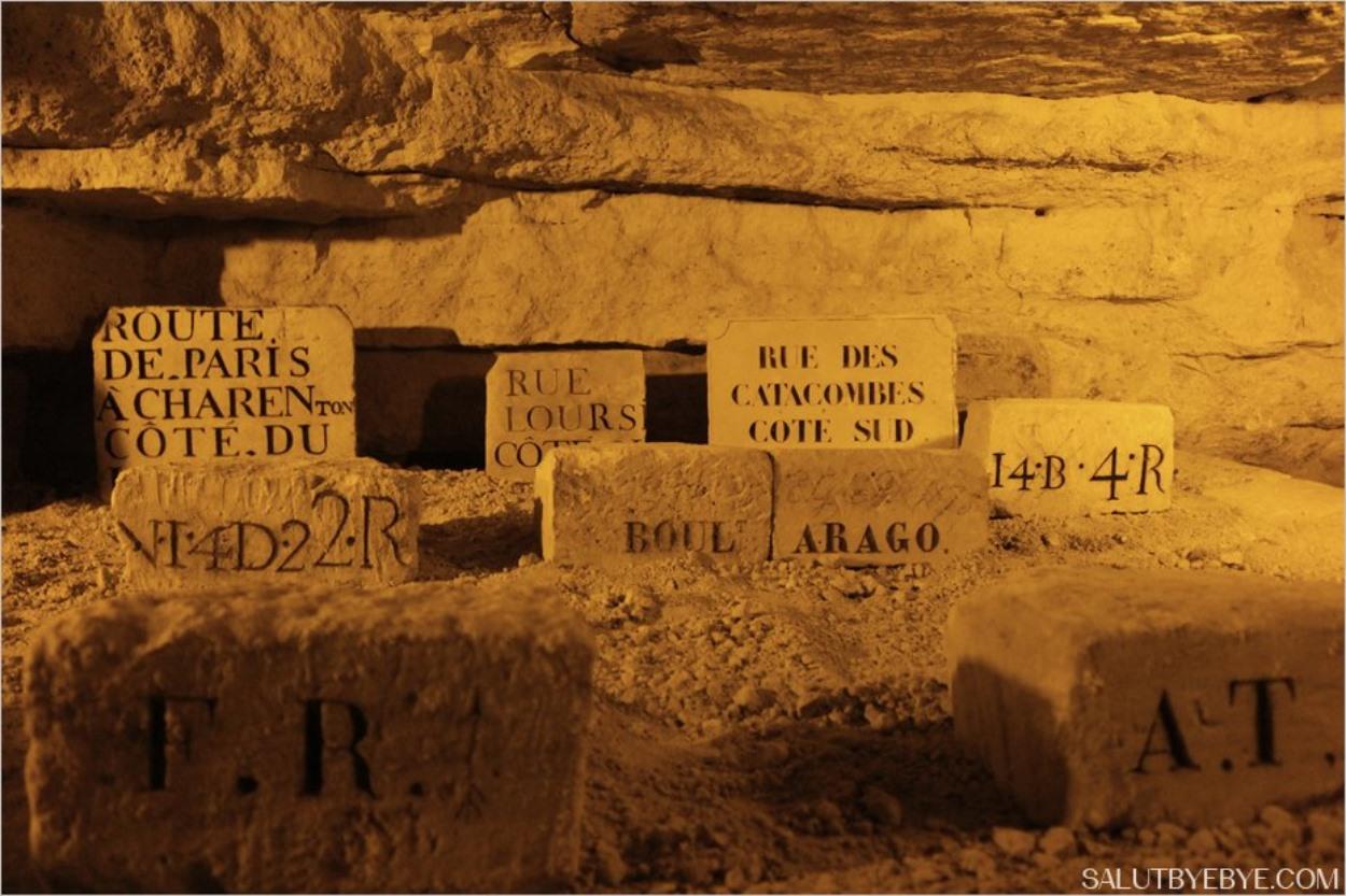Plaques de noms de rue dans la carrière des Capucins