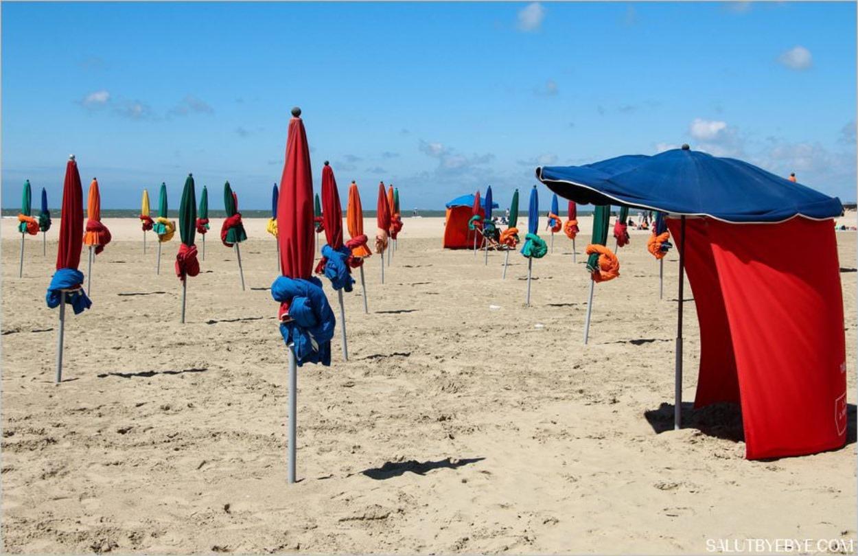 Les parasols sur la plage de Deauville