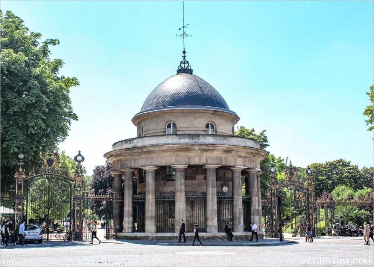 L'entrée du Parc Monceau sur le boulevard de Courcelles