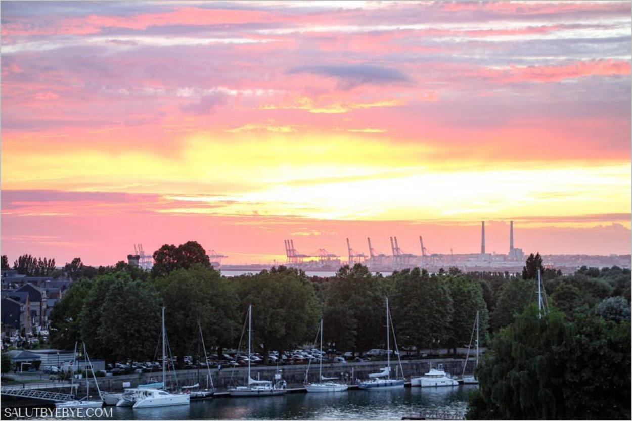 Le port du Havre vu depuis Honfleur au coucher du soleil