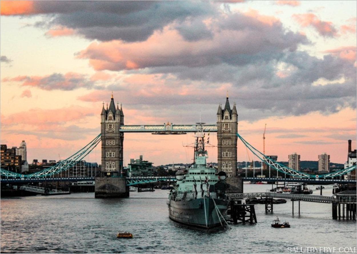 Tower Bridge depuis le London Bridge à Londres