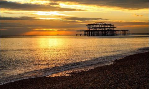 Un coucher de soleil féerique sur la plage de Brighton