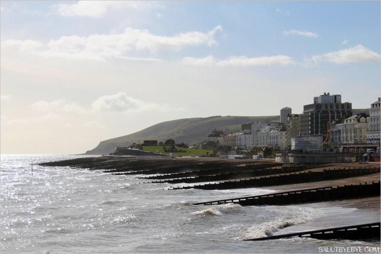 Le bord de mer à Eastbourne et la falaise de Beachy Head au fond