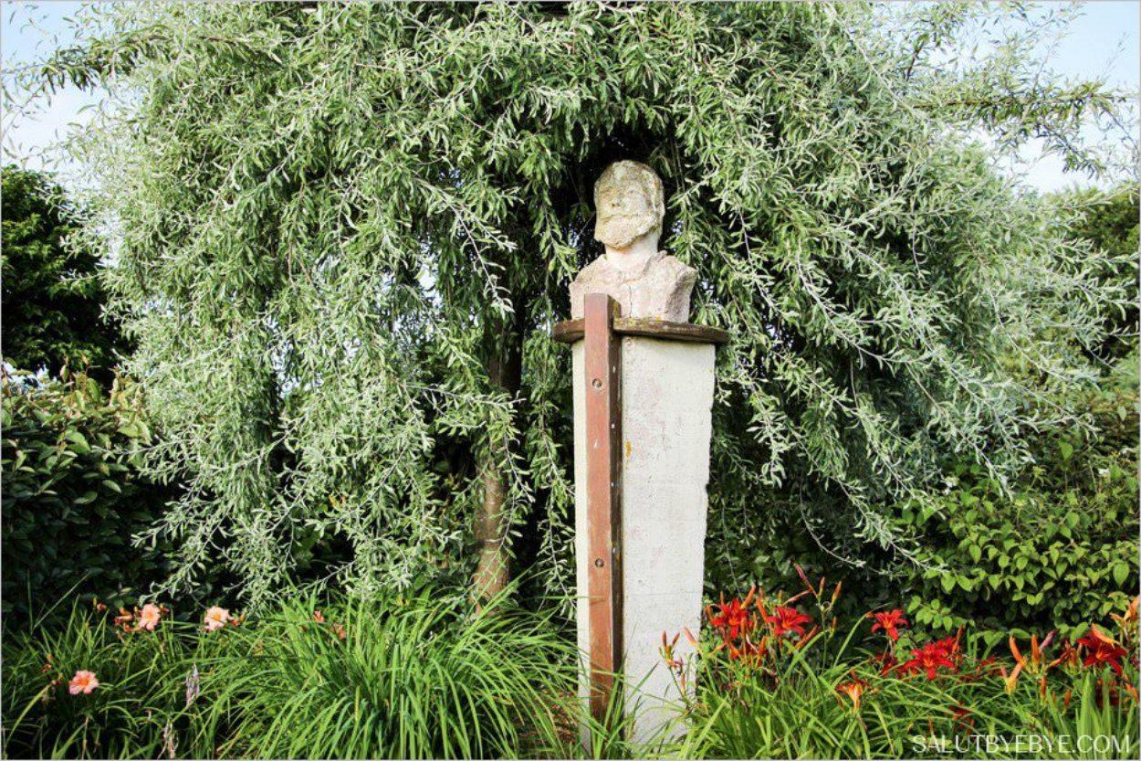 Le buste de Claude Monet dans le Jardin des Personnalités