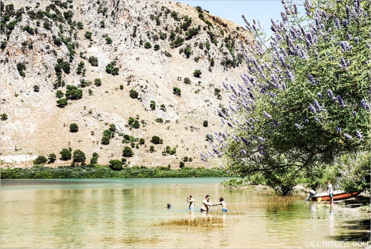 Nager dans le lac de Kournas