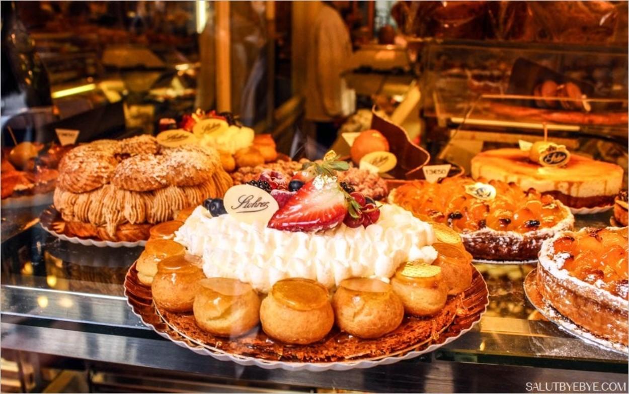 Vitrine de la pâtisserie Stohrer à Paris