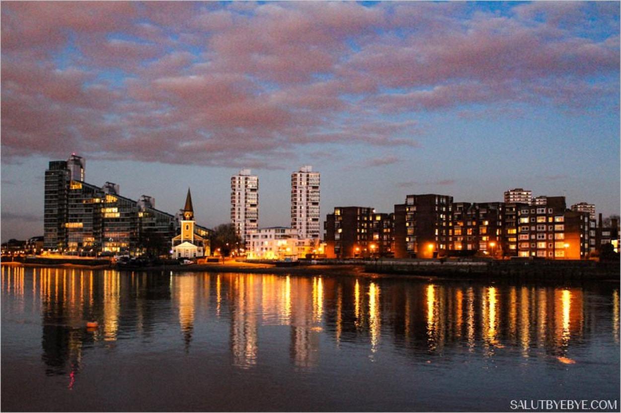 L'autre rive de la Tamise, avec l'église Saint Mary et le Montevetro Building de Battersea (103 appartements haut-de-gamme de 93 à 232 m² avec vue sur le fleuve, concierge, salle de sport)