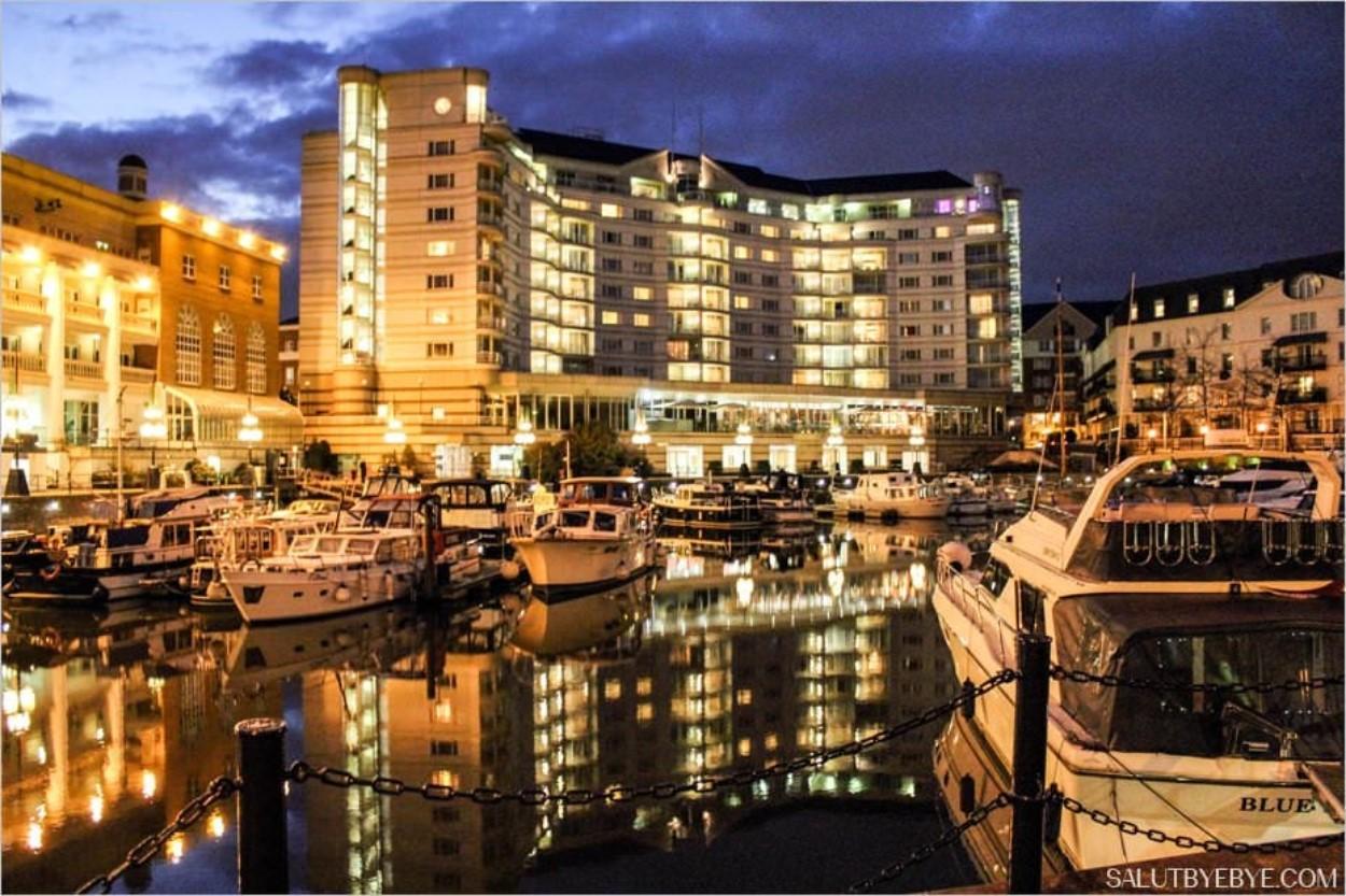 Dans la marina, avec en arrière-plan l'hôtel 5 étoiles Wyndham Grand London Chelsea Harbour