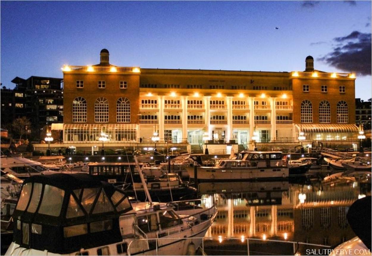 La marina, avec le building Harbour Yard