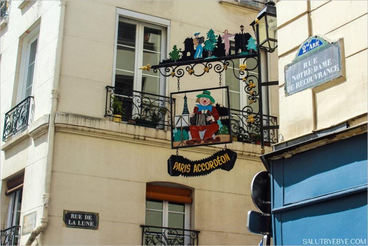 Enseigne à l'ancienne dans le Sentier à Paris