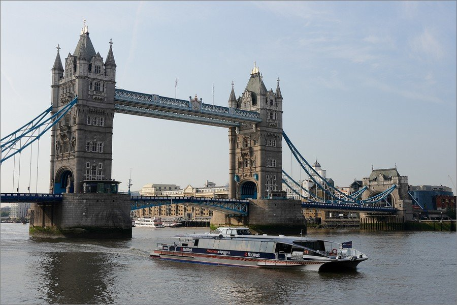 Thames Clippers devant Tower Bridge