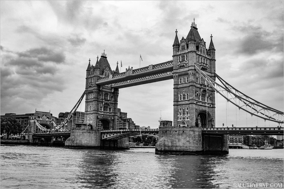 Tower Bridge à Londres en noir et blanc