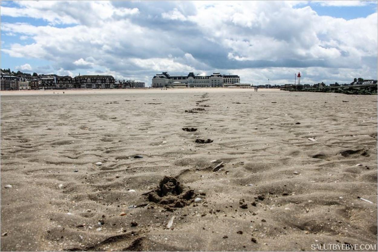 La plage de Trouville et le casino au fond
