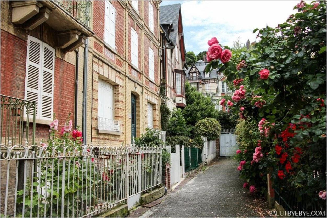 Une impasse fleurie à Trouville