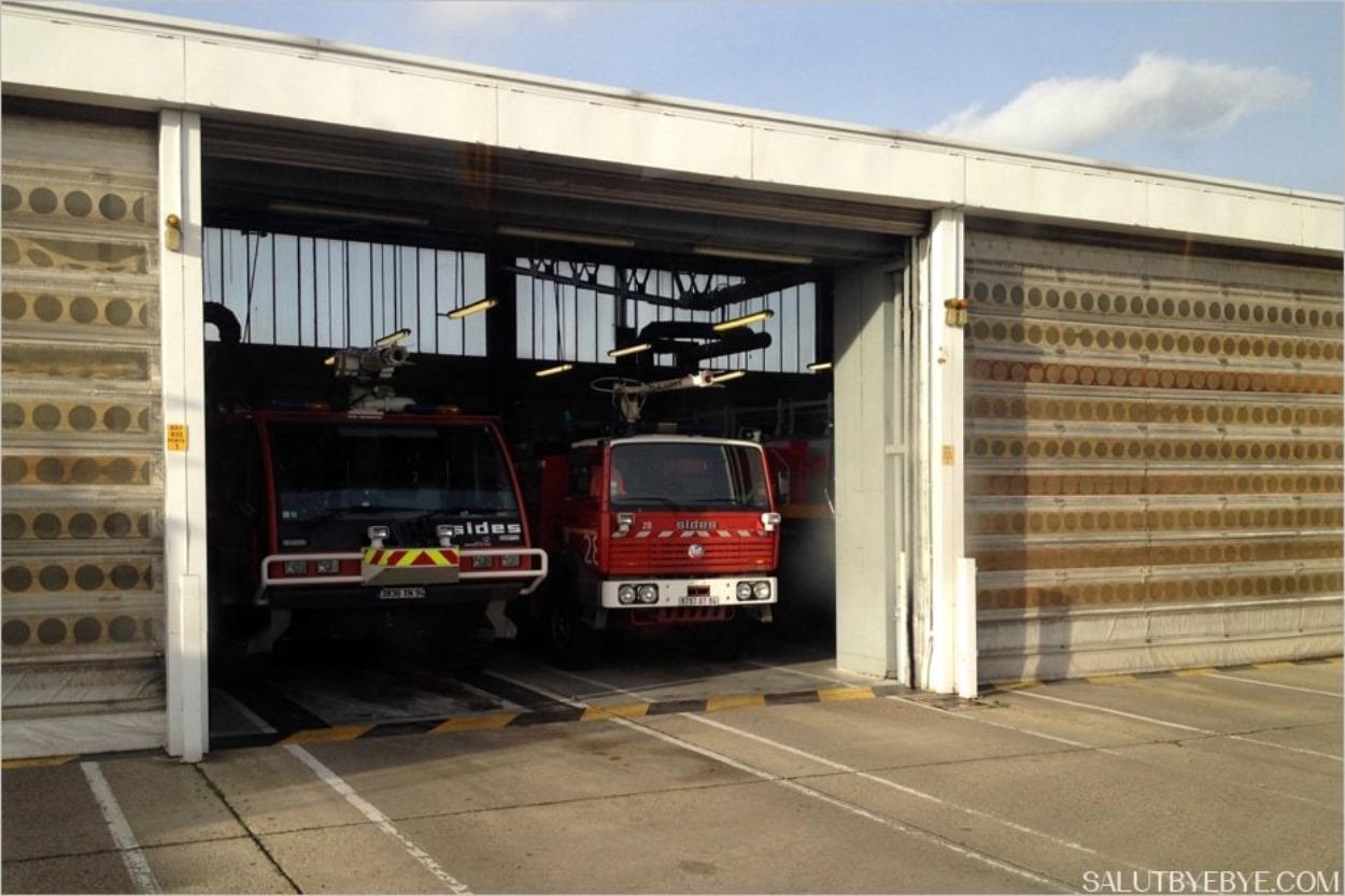 Des camions de pompiers dans l'ancienne caserne de l'aéroport d'Orly