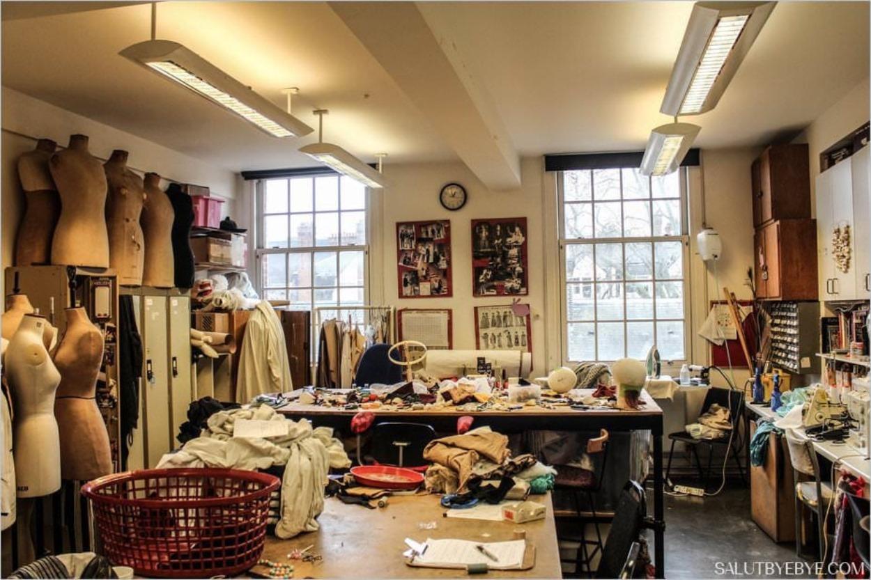 La salle de couture où les étudiants travaillent sur les costumes