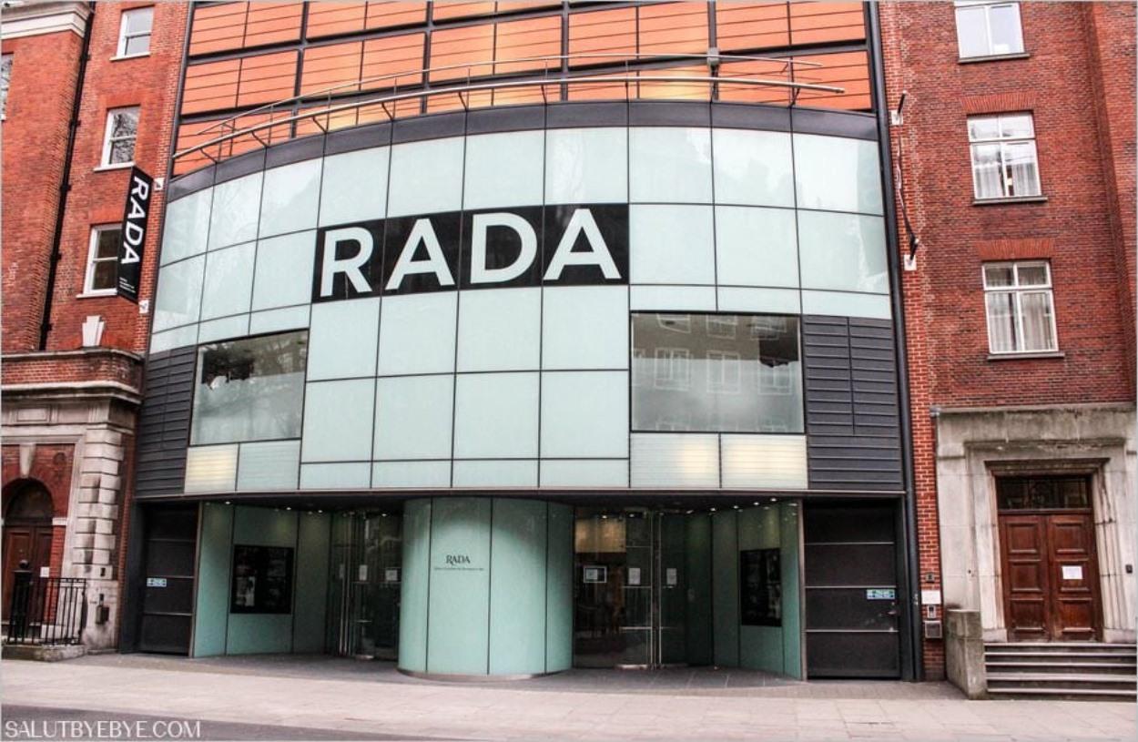 L'entrée principale de la Royal Academy of Dramatic Art sur Malet Street