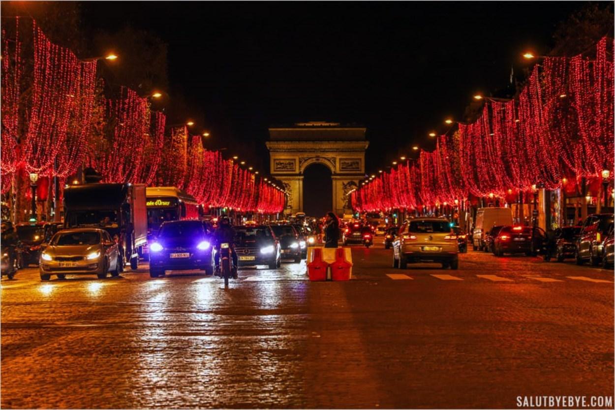 Les Champs-Elysées illuminés en rouge