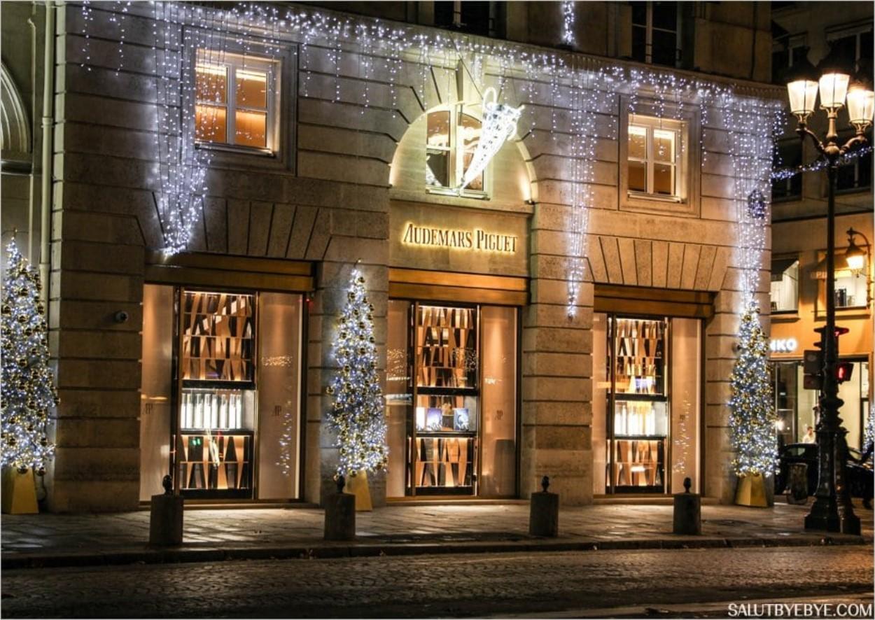 La façade illuminée de l'horloger Audemars Piguet