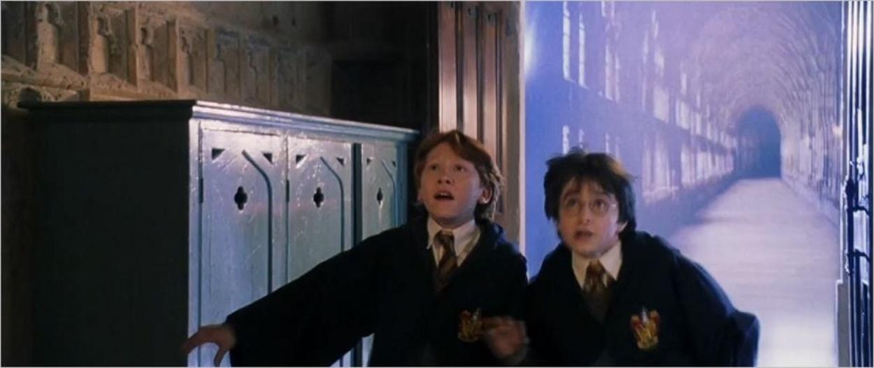 Harry et Ron au bout du couloir du cloître de Gloucester