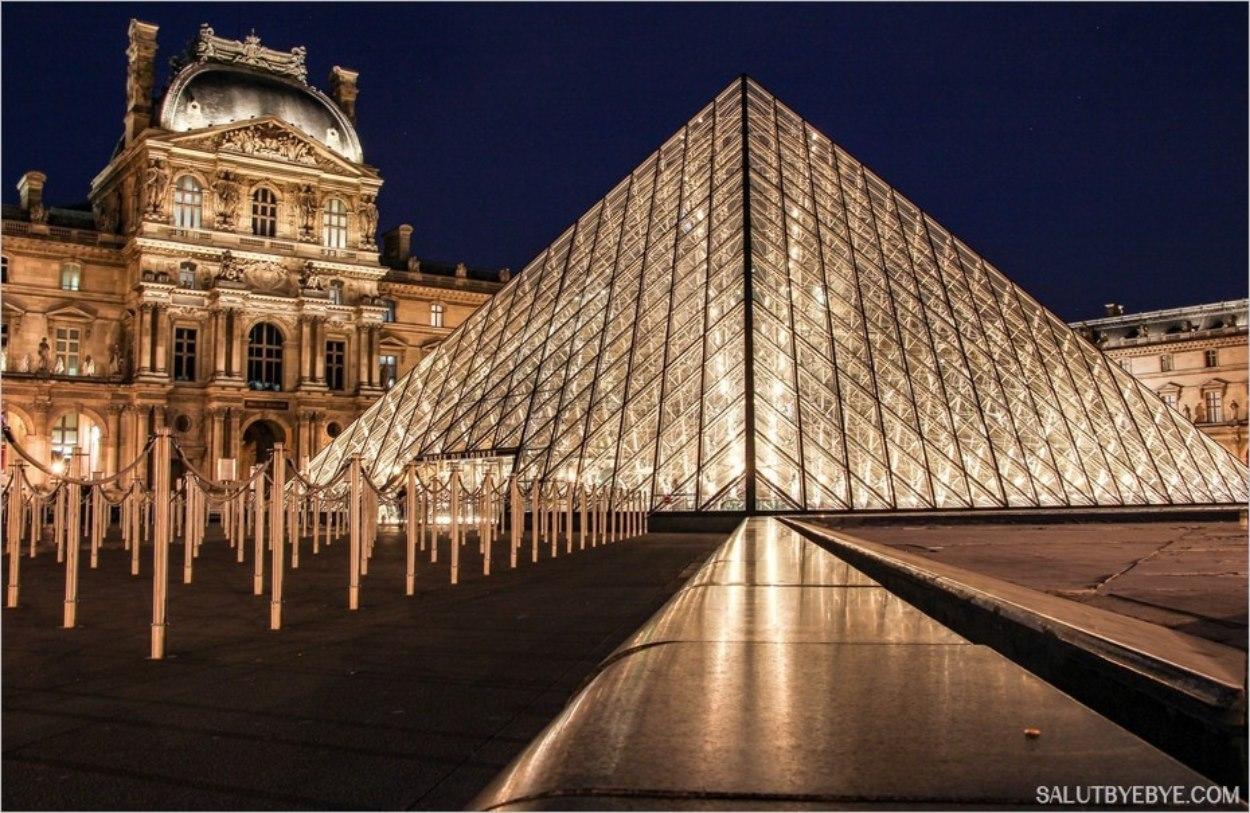 La pyramide du Louvre et l'entrée du musée du Louvre