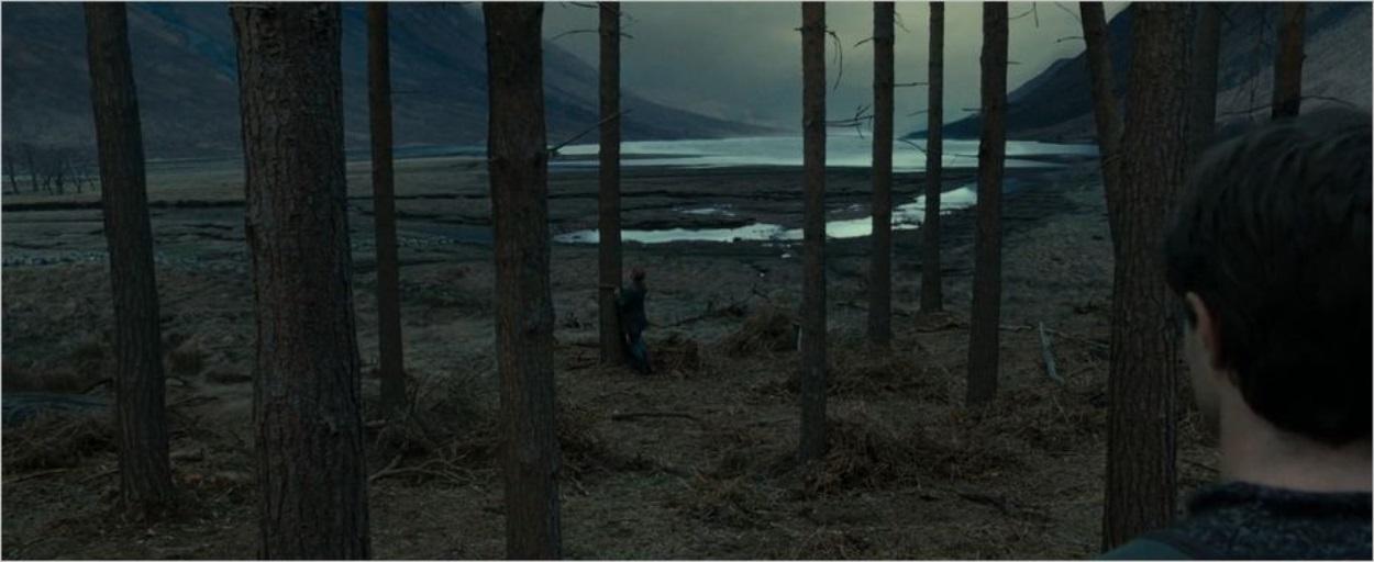 Hermione attache son écharpe à un arbre à Glen Etive