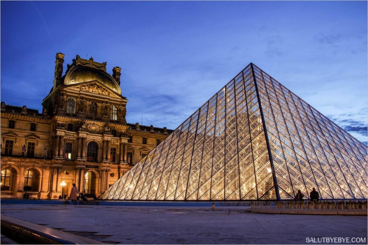 La pyramide du Louvre et le pavillon Denon