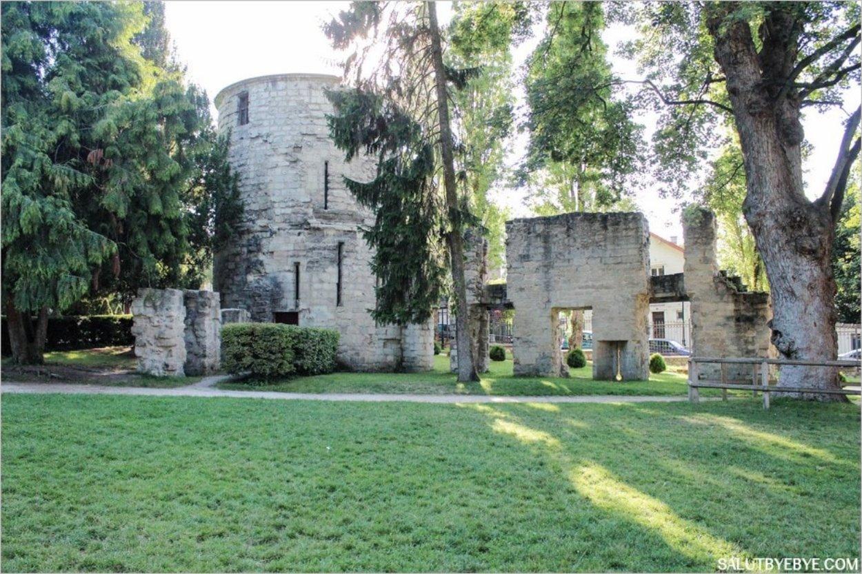 La Tour Rabelais et les vestiges des fortifications