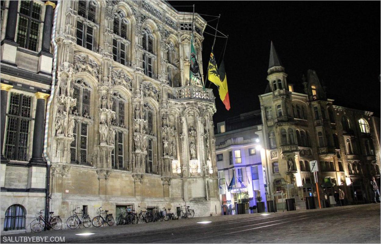 Le Stadhuis, hôtel de ville de Gand, la nuit