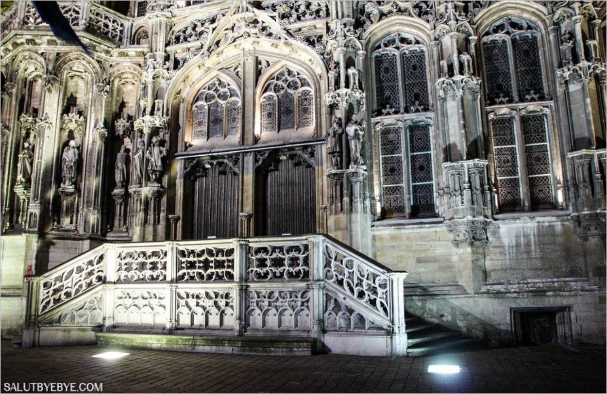 Statues des comtes de Flandre sur la façade du Stadhuis