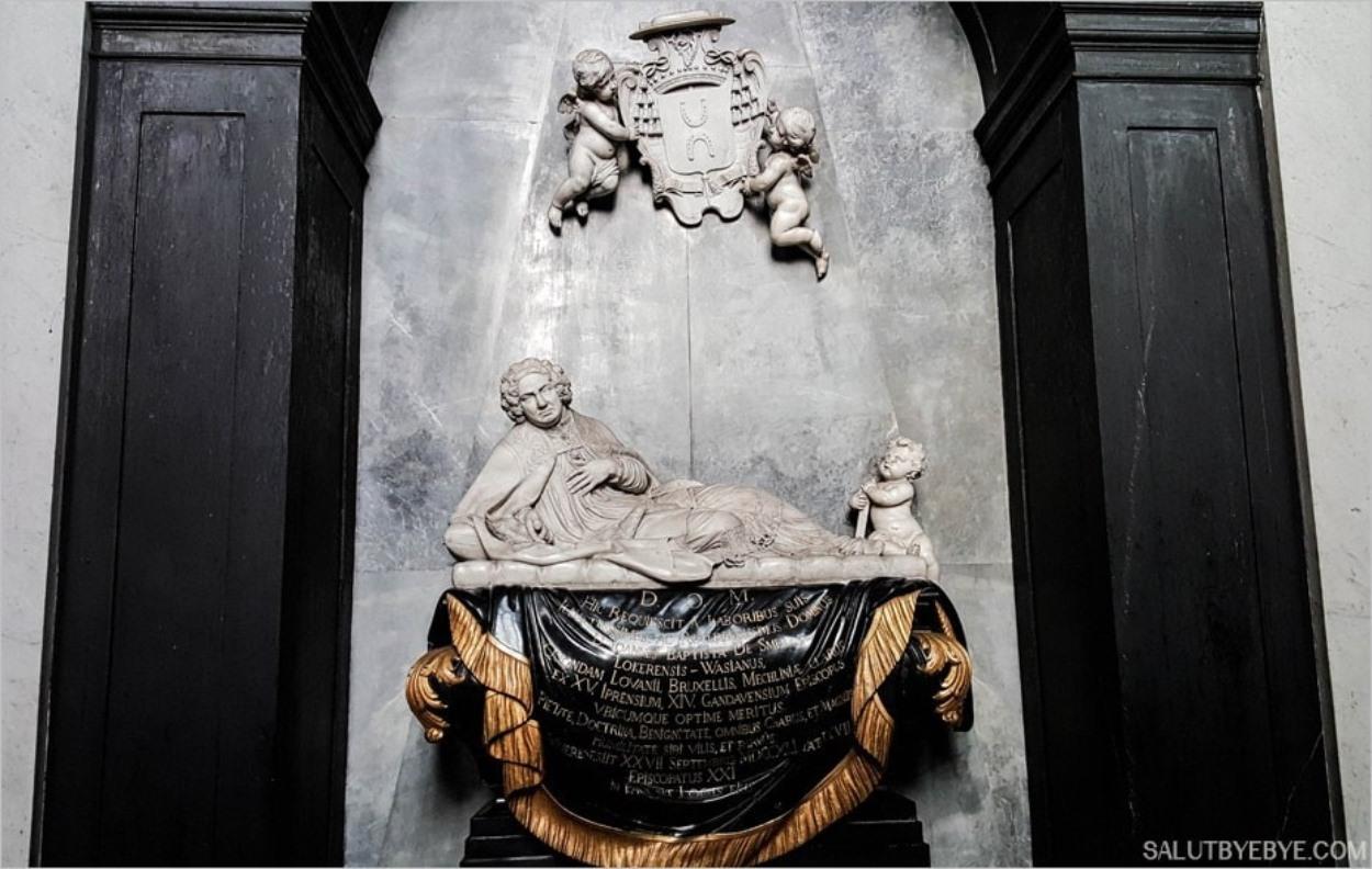 Sculpture à l'intérieur de la cathédrale