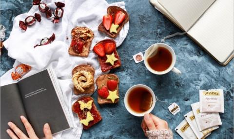Pourquoi les Anglais aiment le thé, le lait (et lever le petit doigt) ? Le secret enfin dévoilé !
