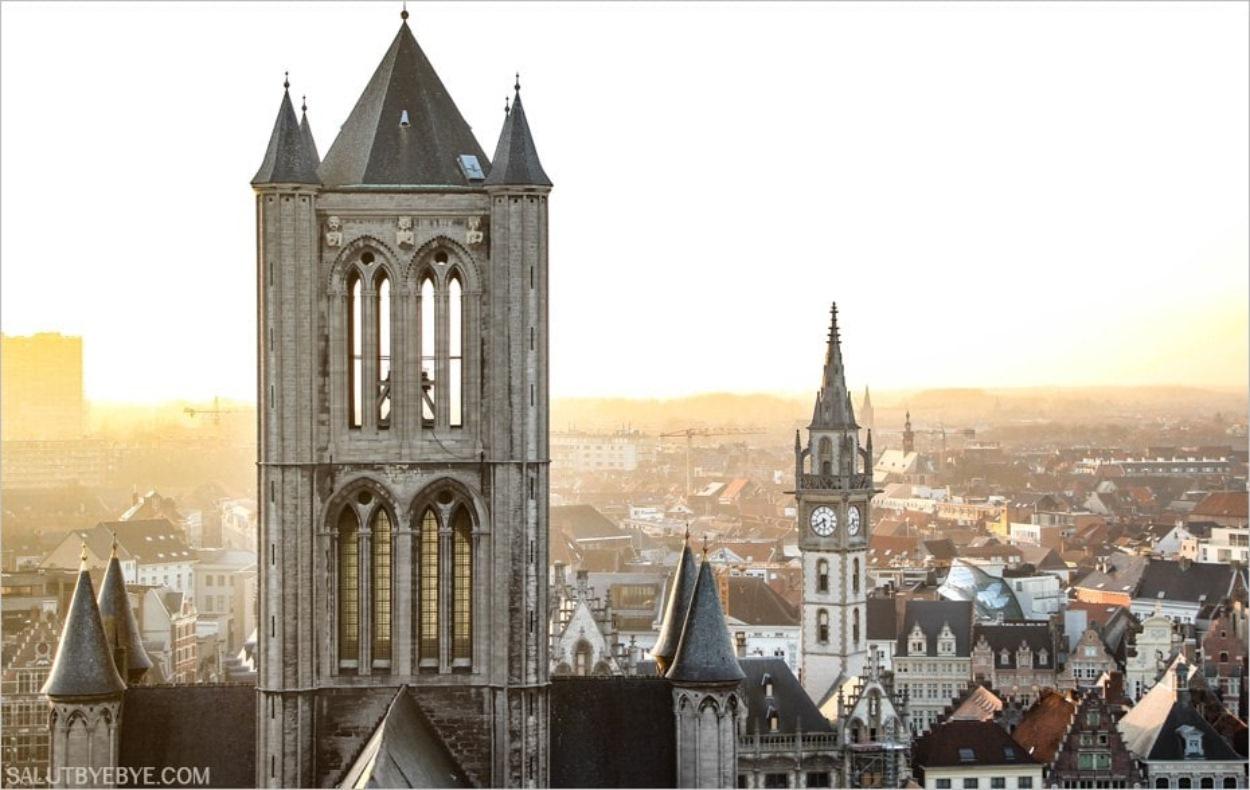 La tour de Saint-Nicolas et la tour de l'horloge du bâtiment des postes