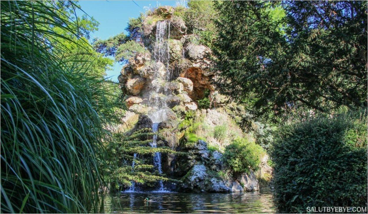 La grande cascade dans le Parc de Bagatelle
