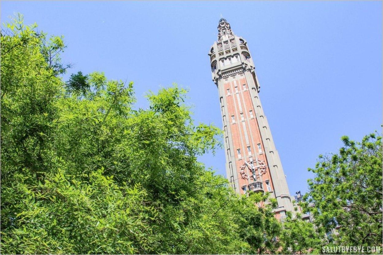 Le beffroi de Lille : une mince tour de briques rouges accolée à l'Hôtel de Ville