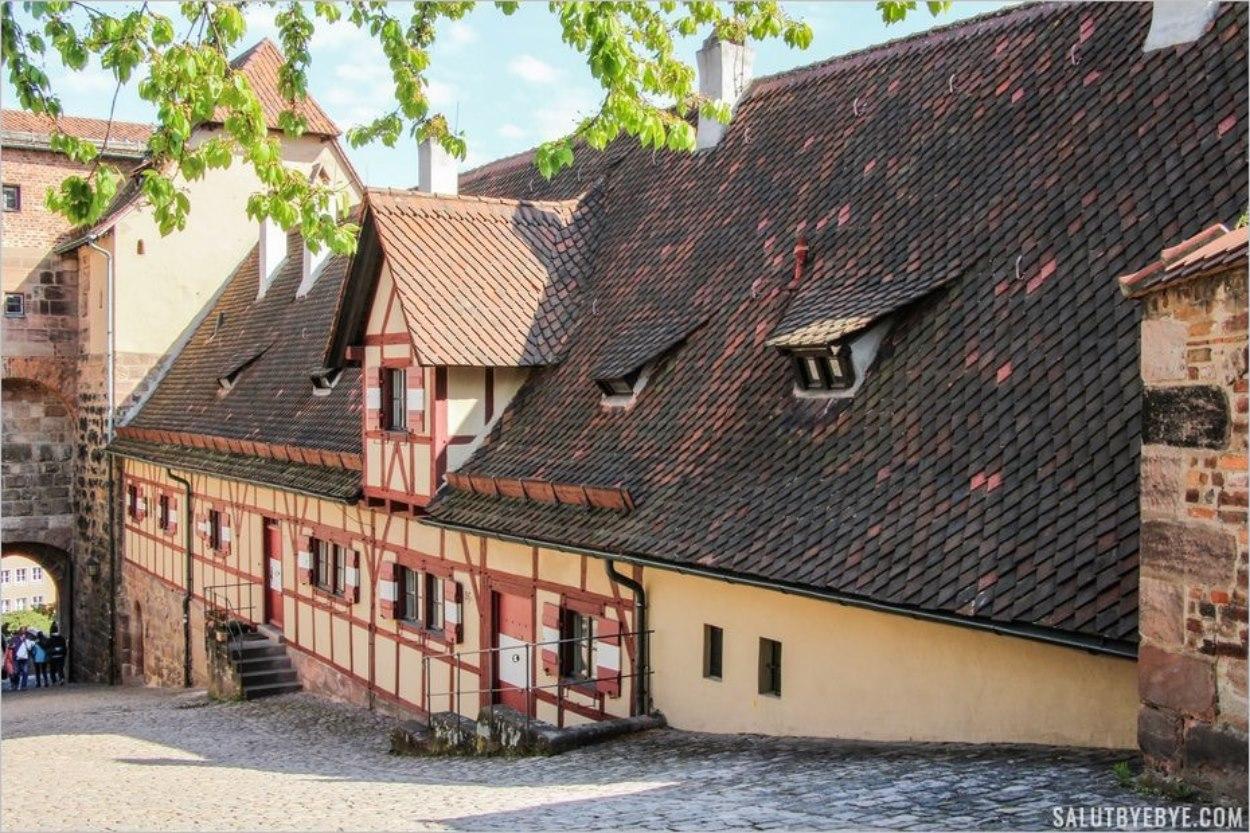 La cour du château de Nuremberg et la Himmelstor (Porte du Ciel)
