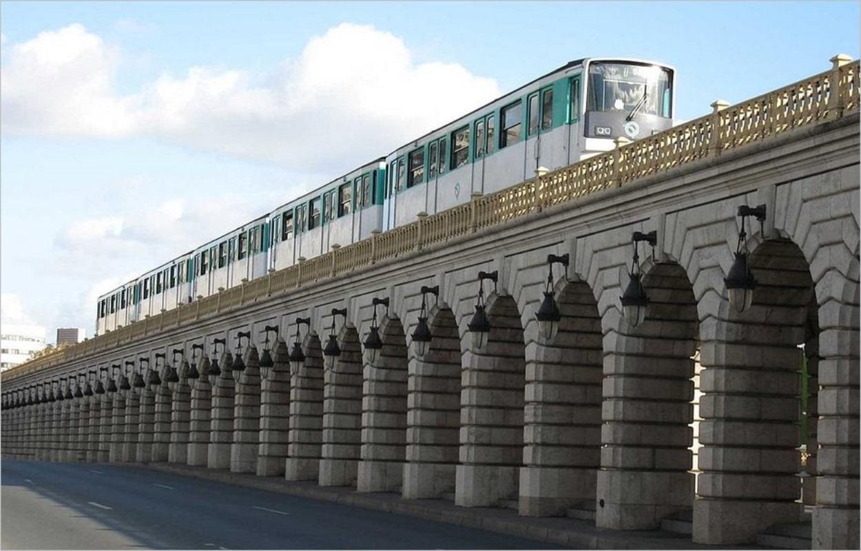 Le métro parisien sur le viaduc de Bercy