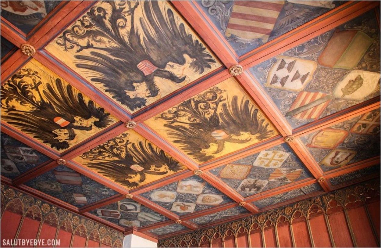 Un plafond peint avec l'aigle allemand
