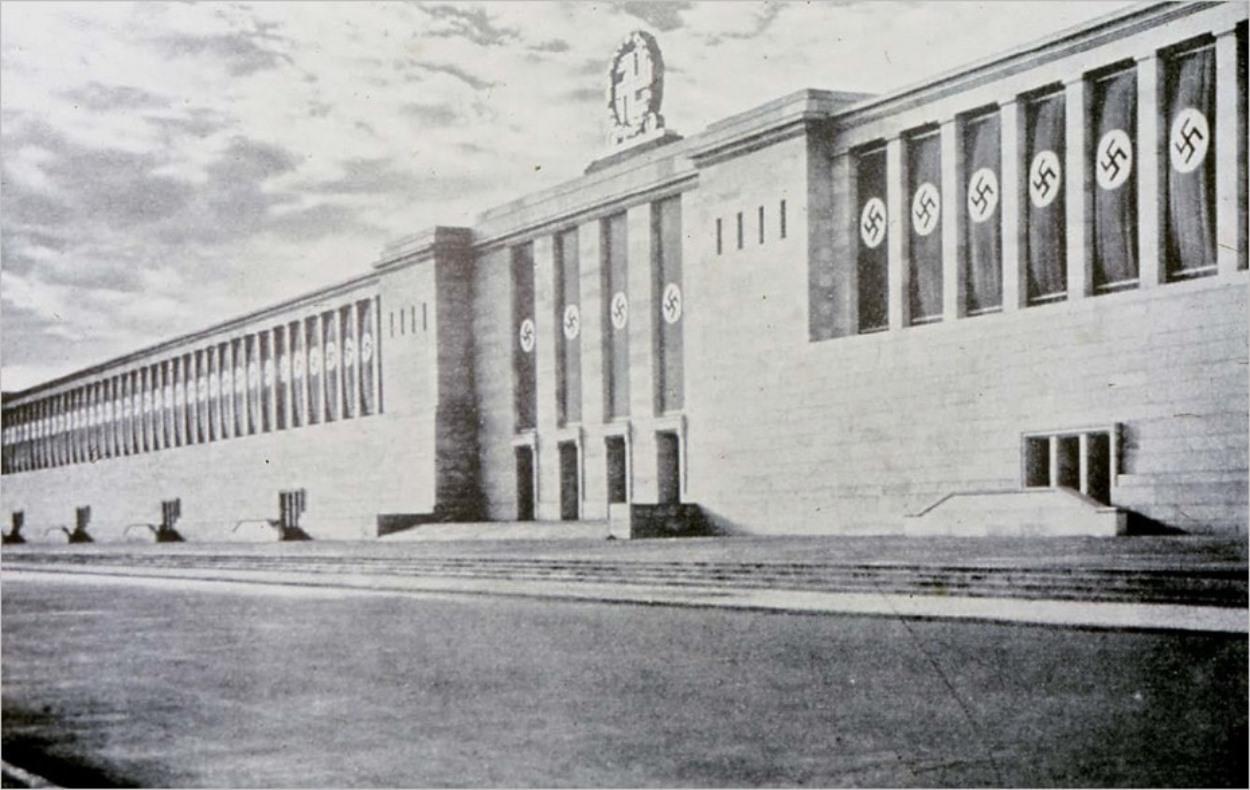 L'arrière de la tribune Zeppelin à Nuremberg à l'époque nazie