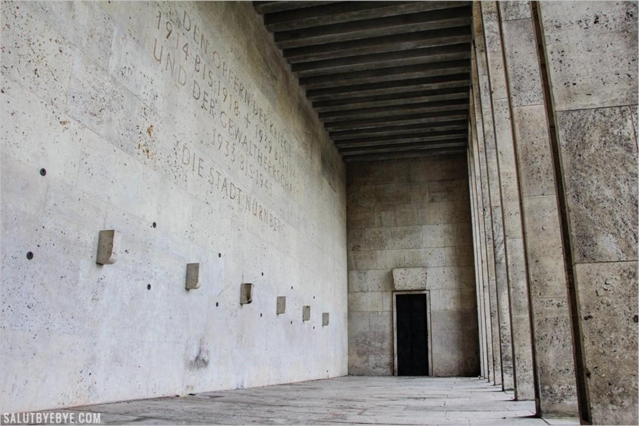 Hommage aux victimes des guerres et du nazisme dans l'Ehrenhalle de Nuremberg
