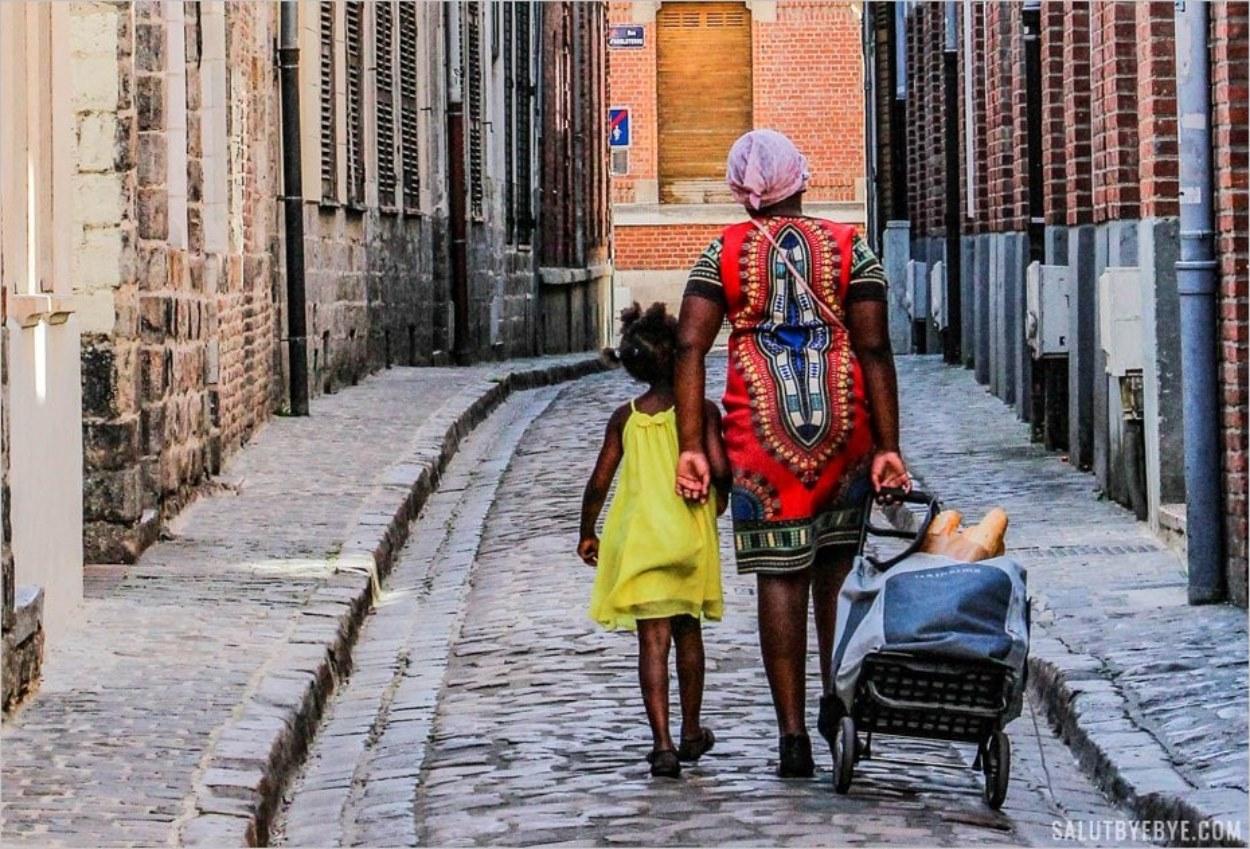 Une maman et sa fille dans les rues du Vieux Lille