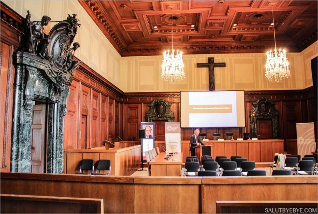 Dans la salle d'audience 600 des procès de Nuremberg