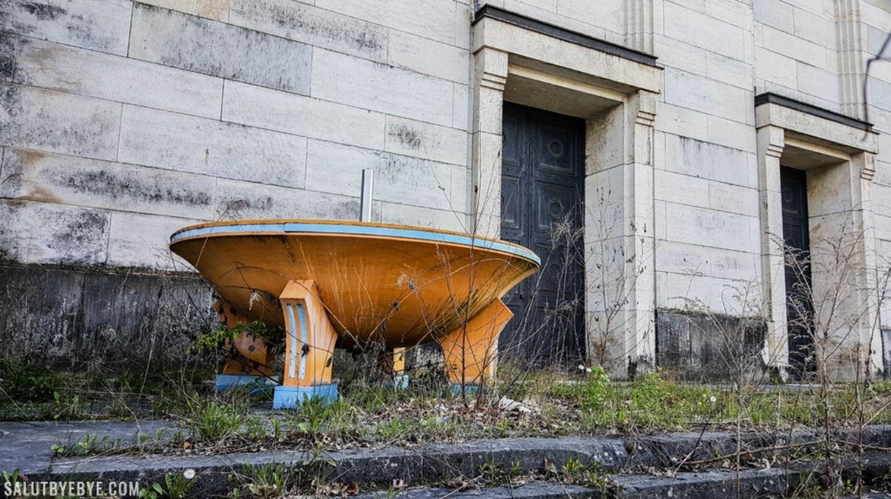 Une vasque abandonnée à l'arrière de la tribune Zeppelin