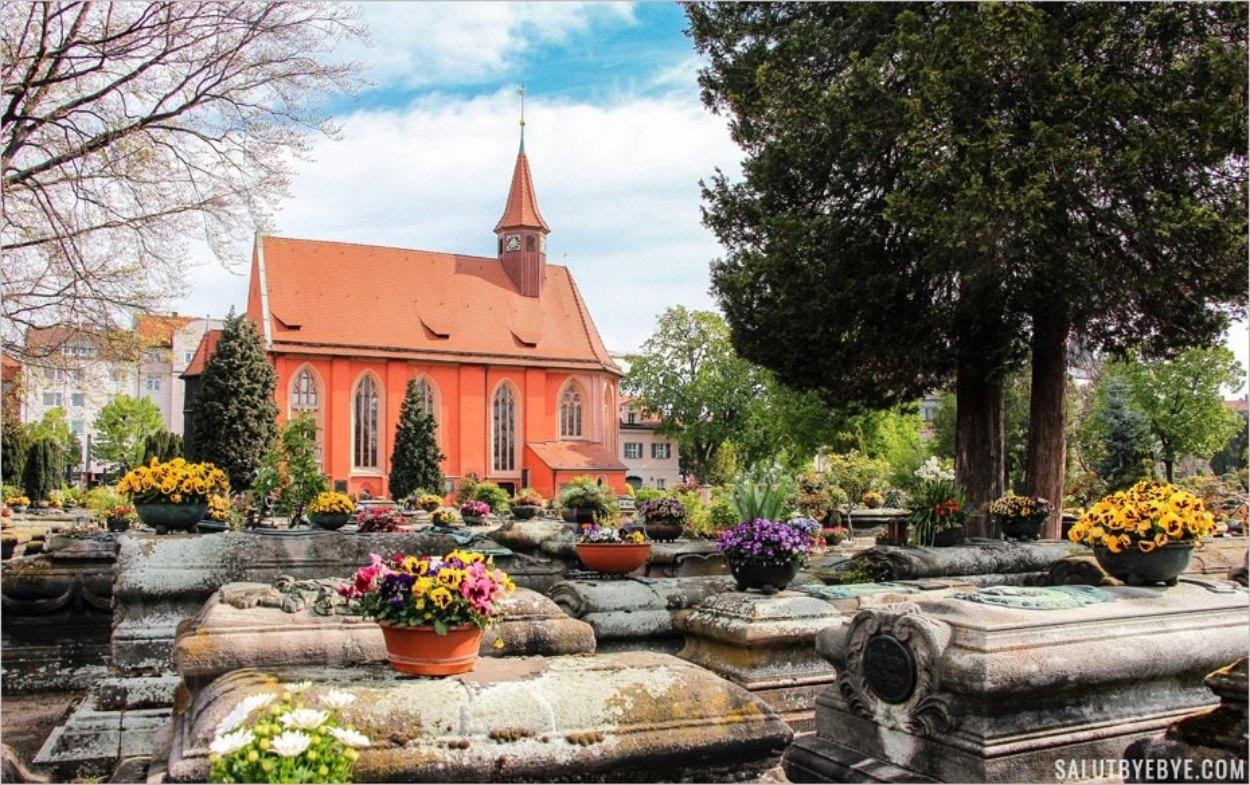 L'église colorée et les fleurs du cimetière Saint Jean de Nuremberg
